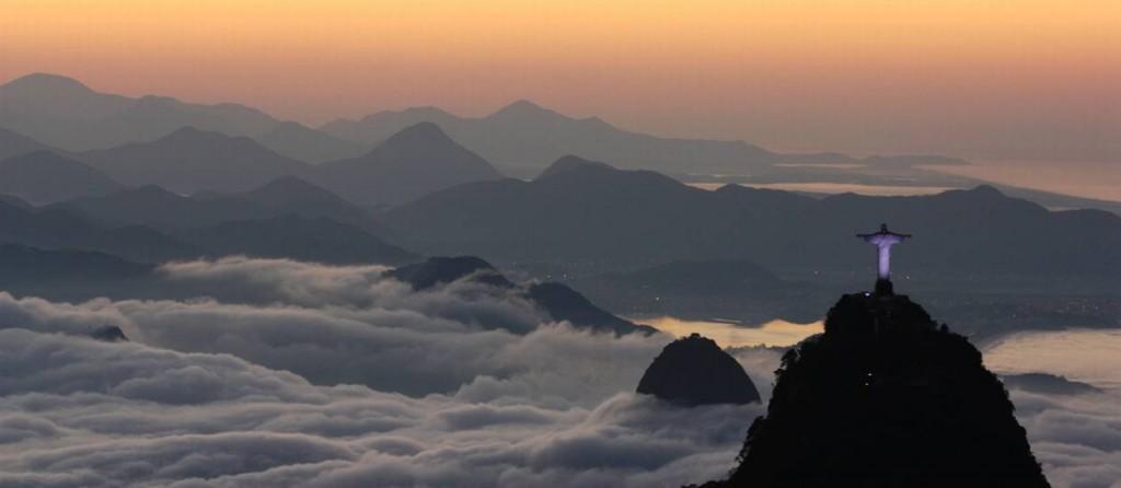 Mistige dageraad in Rio  foto: Marcos Estrella
