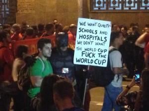 'Batman' kaapt een protest van leraren - Foto: Celso Maldos